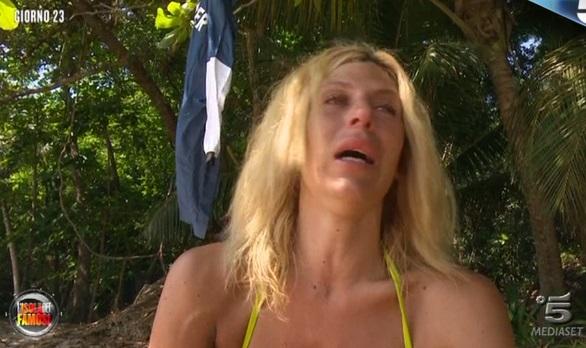 Isola dei Famosi, lite furiosa tra Paola Caruso e Jonas: