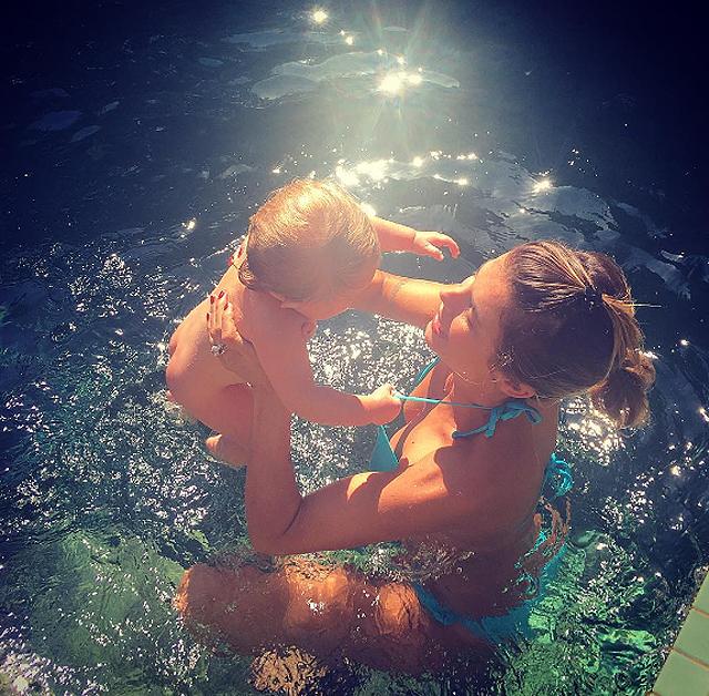 Elisabetta Canalis, la figlia Skyler Eva si tuffa tra le sue braccia