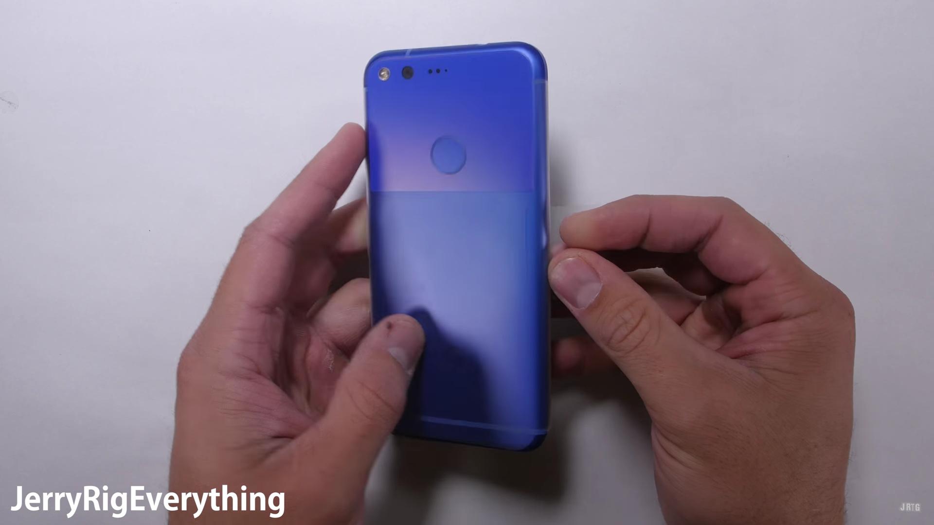 Google Pixel vs JerryRigEverything, chi vincerà?