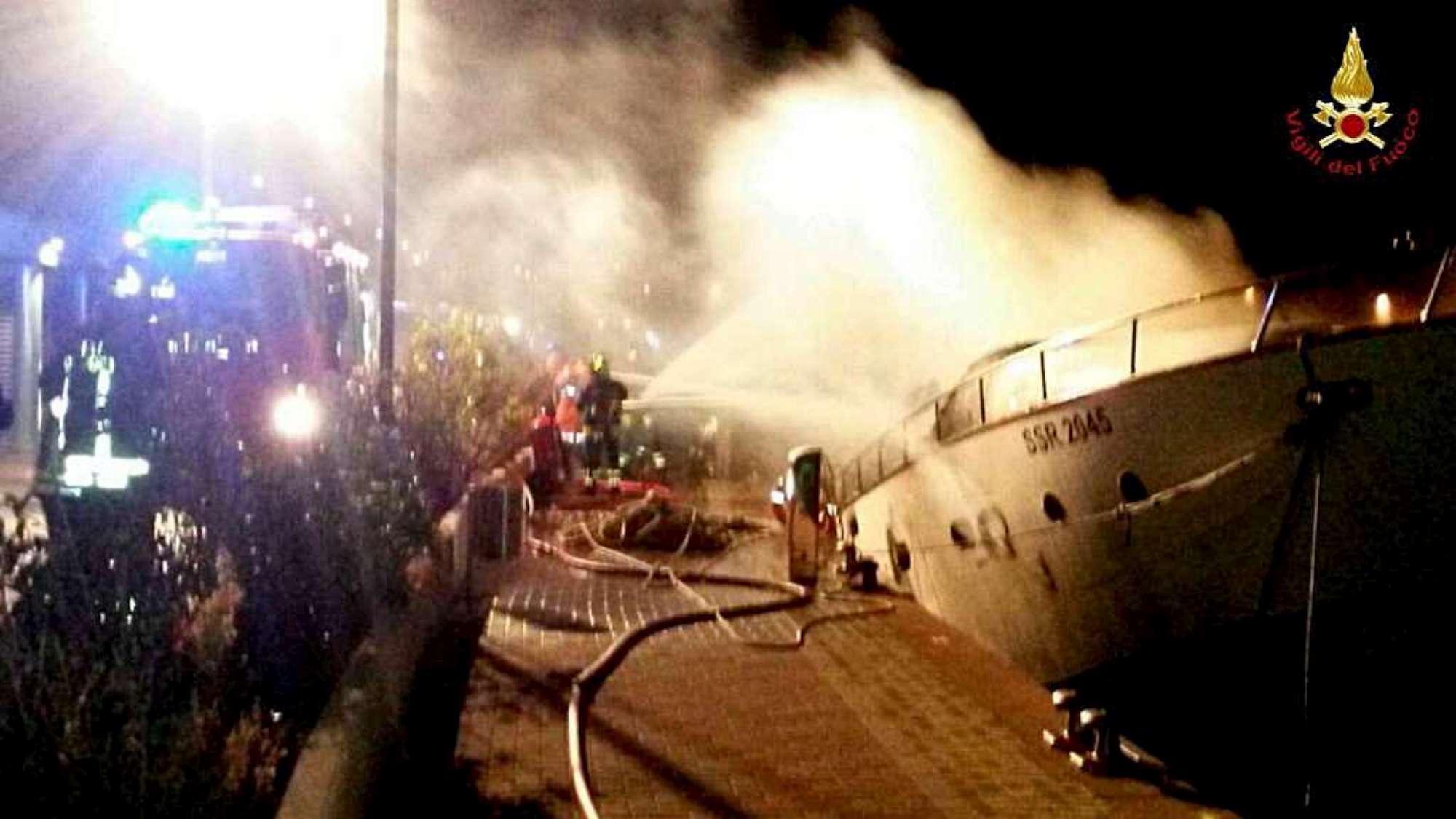 Savona fiamme su uno yacht ormeggiato a Loano, si temono vittime